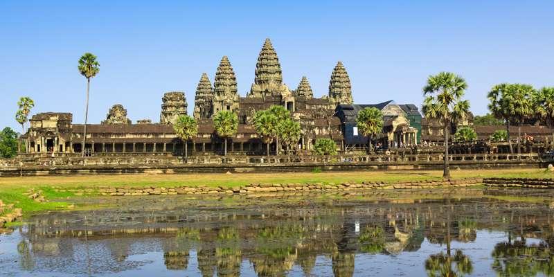 【カンボジア】タイの隣国で気軽に行ける立地に加え、世界最大規模の古代寺院アンコールワットを擁します。ほかにも「天空の城ラピュタ」のモデルになったともいわれる、幻想的な密林に眠る巨大遺跡ベンメリアも見逃せません