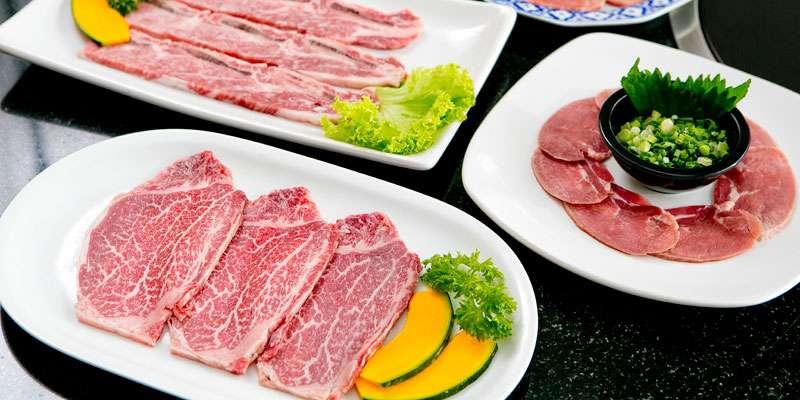 (右奥から時計回り)豚タン(塩)160B、 神戸テンダーロイン(110g)1,100B、特上カルビ300B