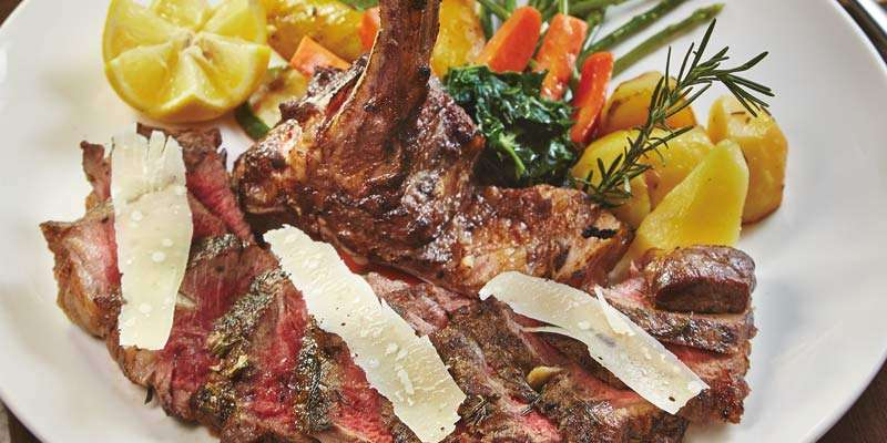 牧草飼育した牛の肉を使ったTボーンのビステッカはハーブとパルミジャーノ・レッジャーノが好アクセント(1,390B)