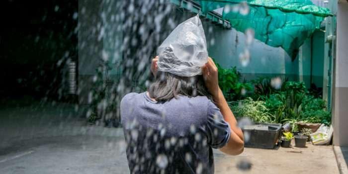 雨が降ると、コンビニ袋などを頭にかぶったタイ人をよく見かけます。