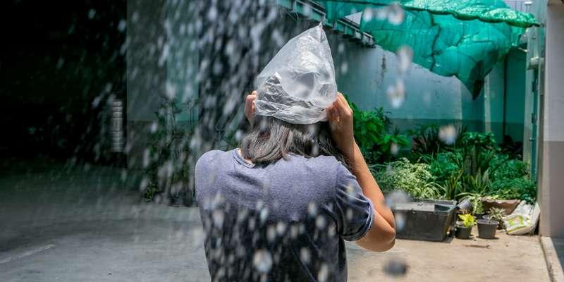 タイ人はビニール袋をかぶって雨をしのぐ?