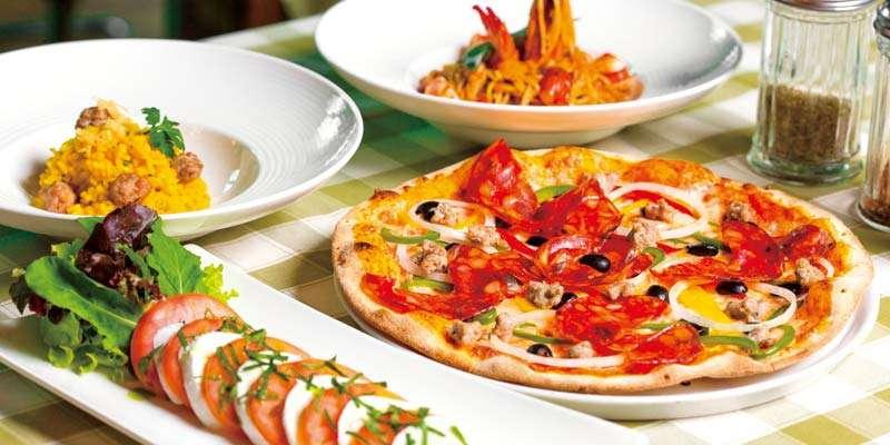 定番のカプレーゼやイタリアンソーセージ入りのリゾット、クリスピーな食感がたまらないピザなど、豊富なメニューが揃う