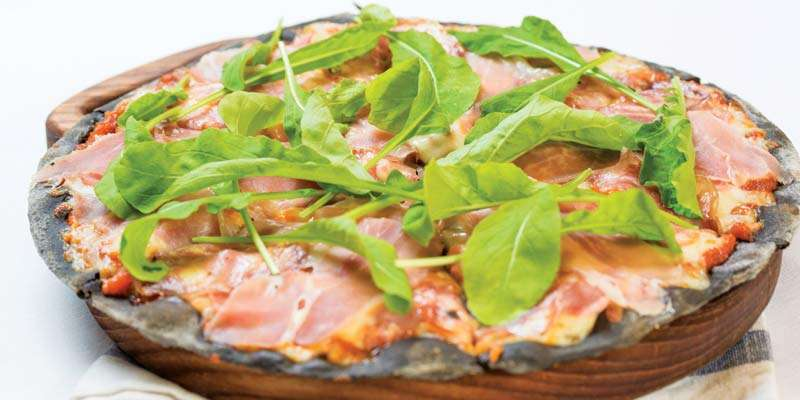人気の「バンコクビター・ブラック・ピザ」(350B)は、薄くて噛みごたえのある生地がクセになる一品