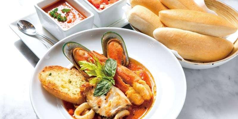 魚介のうま味が凝縮された少しピリ辛のスープは、パンと一緒に最後まで味わいたい