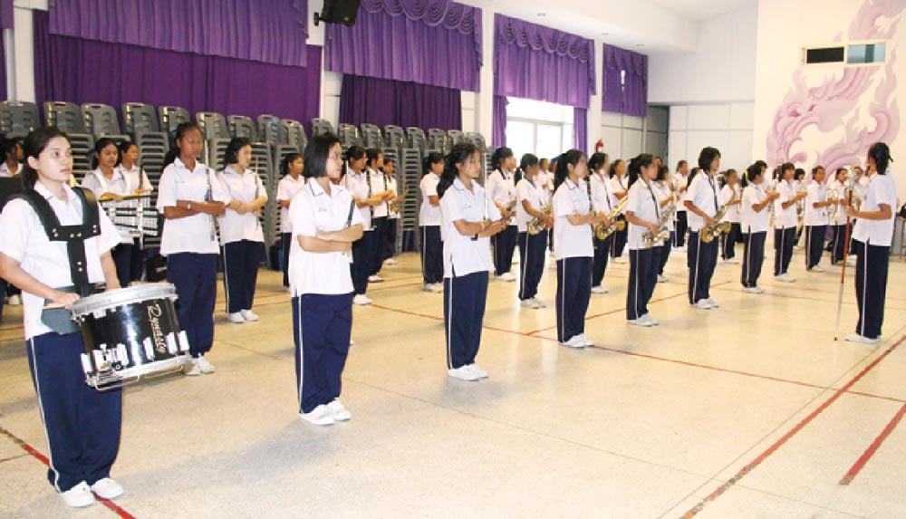 制服は上は白、下は黒かネイビーが一般的だが、体操服のデザインは学校ごとに異なります 写真提供 : Satree phuket media center