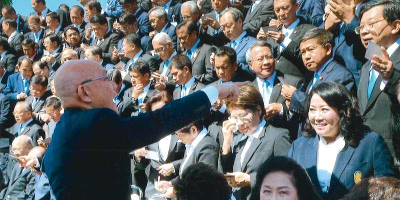 新憲法案をまとめ終え、解散が決まり最後に記念撮影するNRC