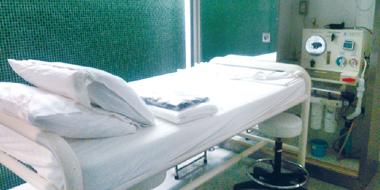 ハイドロコロンセラピーを行うベッド
