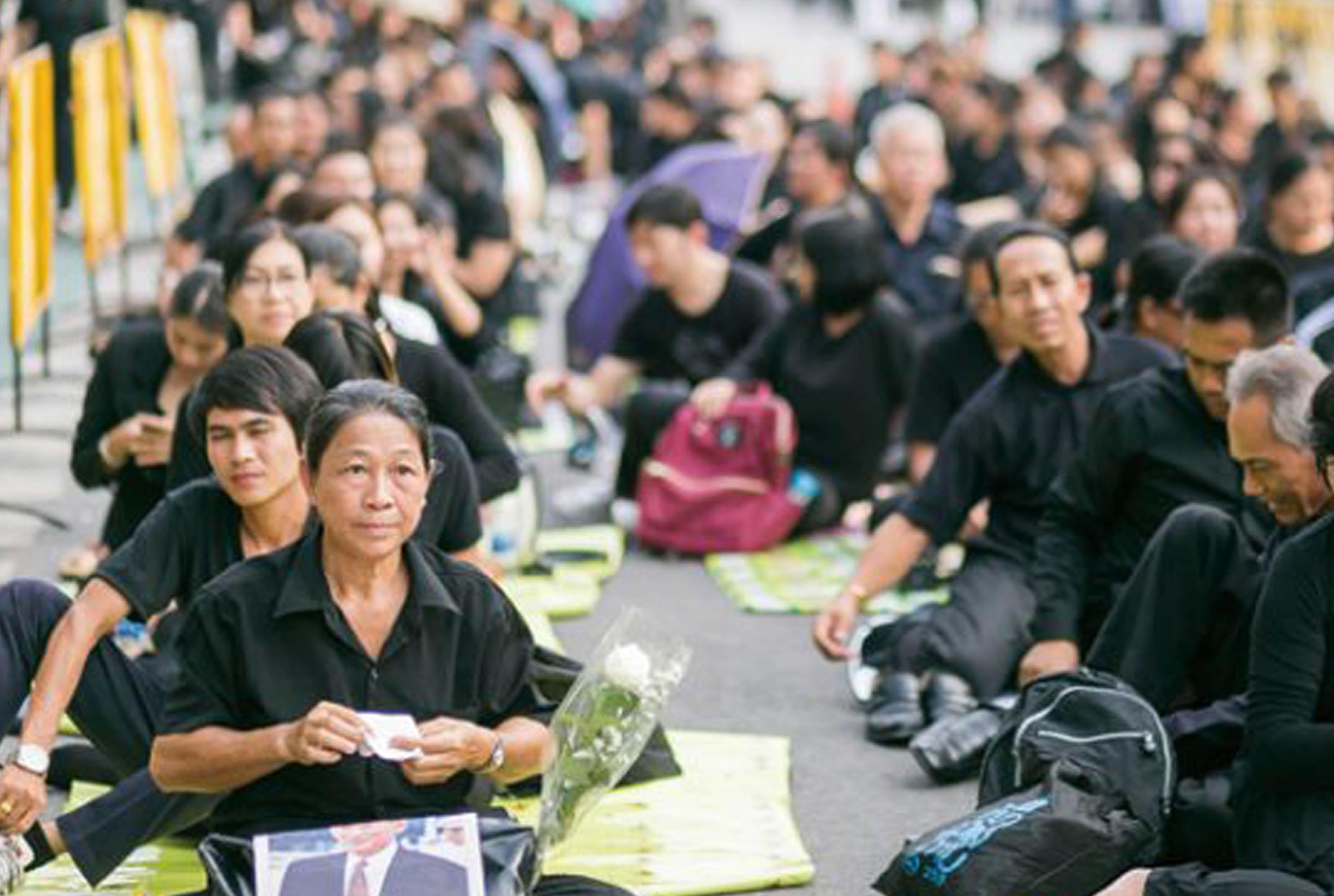 王宮での弔意記帳へ - ワイズデジタル【タイで生活する人のための情報サイト】