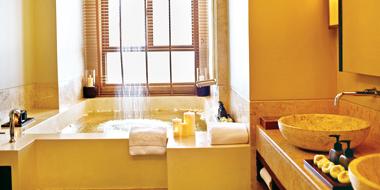 レインシャワーを備えたバスルーム
