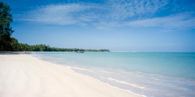 真っ白なビーチが広がります