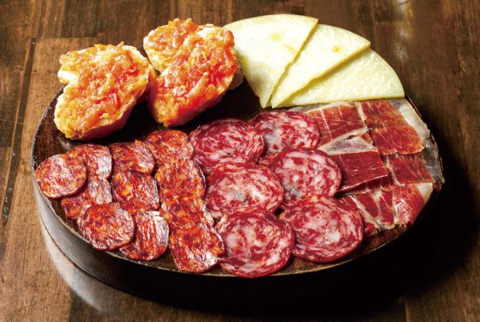 【コールドカットチーズの盛り合わせ・セット2 675B】シェフの生まれ故郷でもあるスペイン南西地方・エストレマドゥーラ産の イベリコ豚を使った熟成ハムやソーセージの盛り合わせ。最初の注文はコレで決まり!