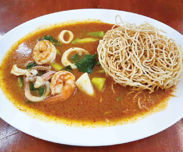 揚げ中華麺のシーフード入りトムヤムあんかけ・・・80B