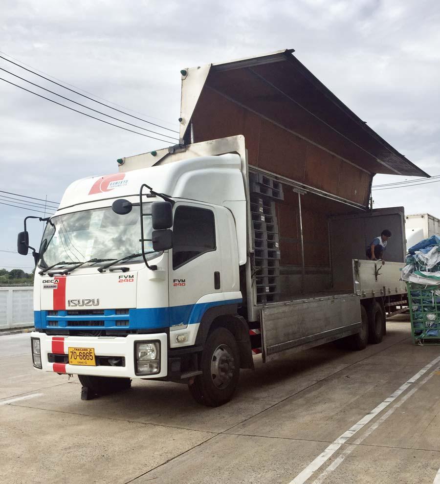 タイでは数少ない10輪ロングボディのウイング車が活躍中