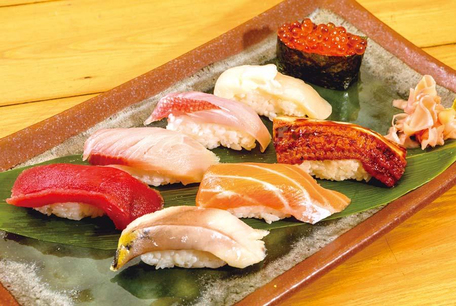 【本日のにぎり寿司八貫セット 880B】うなぎ、サーモン、本日の白身2種、本マグロ、ハマチ、ホタテ、いくらがセット内容