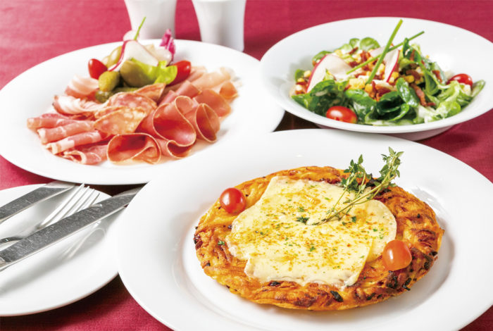 (手前より時計回りに)【スイス風ポテトピザ 480B、スイス風コールドカットの盛り合わせ 460B マーシュサラダ フレンチドレッシング和え 420B】どの料理も本場の味覚を再現する
