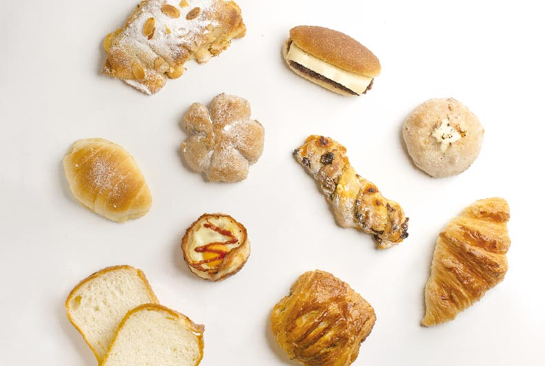 """お馴染みの「塩パン」「クロワッサン」から、「パン・オ・ショコラ」「ベーコンエッグ」「ドライフルーツ&クリームチーズパン」まで多彩な顔ぶれが勢揃い。店頭でパンやケーキの購入をすると、""""Buy 5 Get 1Free""""の嬉しいプロモーションも!"""