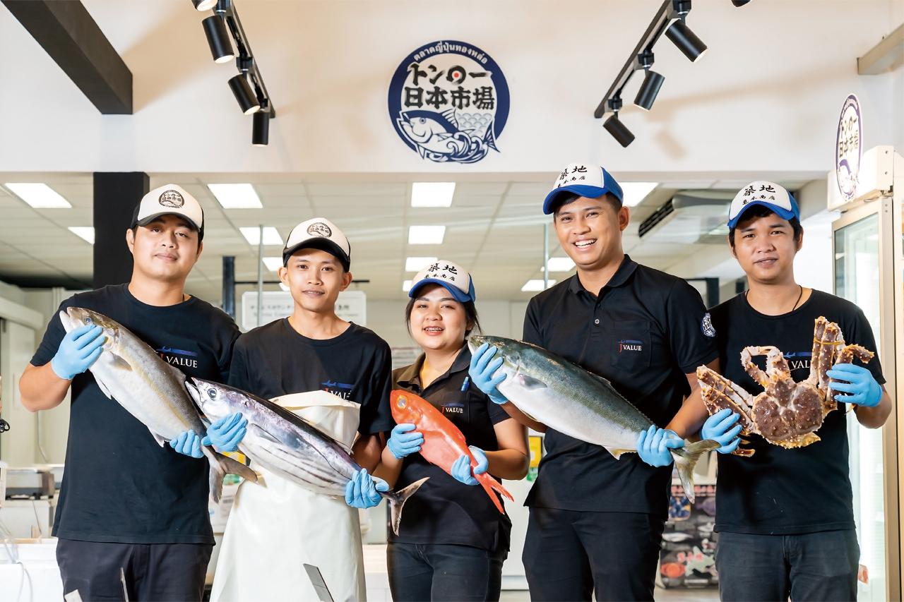 JAL便を利用し、週複数回、豊洲市場及び各地から直接新鮮な魚介類、青果が届きます。日本同様の品質の食材をバンコクでも味わうことができ、切り身、パック、一尾まるごとなど、さまざまな要望にもお応えします