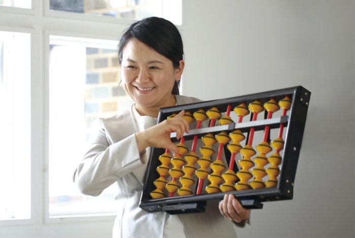 暗算8段を取得し、5000人以上への指導経験を誇る今井佳美先生による「そろばん教室」を開講中