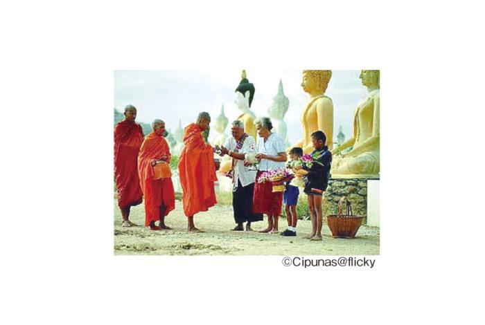 """7月16日(火)は、「アサラハブーチャ―」と呼ばれる仏教の祝日。太陰暦で「7月の満月の日」と定められ、釈迦に初めて弟子ができたことに由来する聖なる日とされています。また、仏教にとって欠かすことのできない""""仏・法・僧""""の三宝が成立した日でもあることから、「三宝節」とも呼ばれています。  当日は寺院で祈りを捧げ、夕方からはお経を唱えながら本堂の周りを3巡する儀式「ウィアンティアン」を行うのが一般的。なお、翌17日(水)も「入安居」という官公庁の祝日なのでご注意を。"""