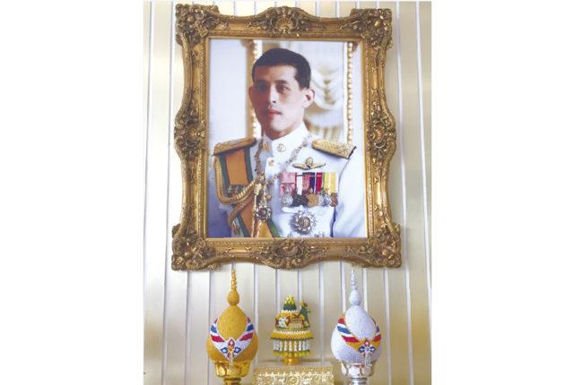 7月28日は「国王誕生日」であり、タイ国民が最も大切にしている祝日の一つです(今年は29日に振替)。チャクリー王朝第10代の国王であり、ワチラロンコン王とも呼ばれる現国王ラマ10世が生まれたのは1952年のこと。この日が月曜だったことから、国民は毎年黄色い服に身を包み、親愛なる国王へ敬意を表します。  また当日は、国王自身によるタンブン(徳)の儀式など、盛大な祝賀行事を開催。全国各地で、街頭清掃や高齢者施設の慰問といったボランティア活動も行われます。