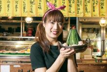 """当店の「もつ鍋」には、中央にそびえる""""ニラタワー""""をはじめ、ゴボウやキャベツなど野菜がたっぷり入っているのでヘルシーです。味噌や醤油風味の定番の味はもちろん、キムチ、カレーといった5種の特製スープをご用意しています。日本から取り寄せるプリプリ食感のモツと、食べごたえ満点の軟骨入りつくねをぜひご堪能ください。"""