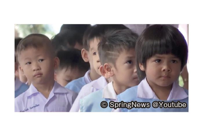 タイの私立学校が今年に入り、昨年の4倍にあたる66校が廃校になったことが分かった。少子化が深刻化し、公立学校を希望する生徒も増えているためだという。 私立学校教育委員会は7月21日、全国私立学校数を発表し、2018年に4,003校だった私立(普通科)学校数が3,937校に減少。また、普通科以外の仏教学校や専門学校、塾などは、同10,538校だったが15校減少し、10,523校。インターナショナル校は同206校から1校増えて207校。これにより、私立学校全体では、14,747校から80校が廃校となり、14,667校となった。 同教育委員会のチャラム書記長によると、これまでも年間20校ほどの私立校の普通科が廃校することはあったが、今年は急激に増加している。出生率の低下に加え、人気が高かった私立学校と同じ教育システムを公立学校が採用したことから、学費の安い公立を選ぶ親が増えたという。中でも、国立の幼稚園が3歳から入学できるようしたことで、私立幼稚園が急速に廃園に追い込まれている」と分析する。 一方、少子化に悩む日本では全国の公立の小・中学校、義務教育学校、高等学校、中等教育学校、特別支援学校の廃校数が、年400校ほど増加しており、過去15年で8000校近い学校が廃校となっている。「タイの学校が66校廃校」という聞けば、驚くかもしれないが、日本はさらに上を行っている。少子化は、将来の労働力(国力)に繋がる問題。政府の手腕が問われる。