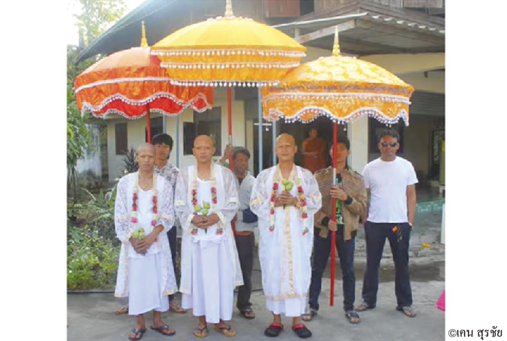 仏教国タイには、男性は生涯に一度、仏門に入るという習わしがあります。出家した後に結婚し、家庭を持つことを幸せとし、両親は息子の幸せを願いながら送り出すのだそう。また、昨今では出家をしないという選択肢も増えつつありますが、出家によって父母が死後に天国に行けるという親孝行の意味も込められています。  出家期間は雨季の2週間〜3カ月。タイ企業には「出家休暇(ラー・ブワット)」と呼ばれる休暇制度があり、これを利用するのが一般的。近年は外国人向けのプランもあり、人気を博しています。 仏教国タイには、男性は生涯に一度、仏門に入るという習わしがあります。出家した後に結婚し、家庭を持つことを幸せとし、両親は息子の幸せを願いながら送り出すのだそう。また、昨今では出家をしないという選択肢も増えつつありますが、出家によって父母が死後に天国に行けるという親孝行の意味も込められています。  出家期間は雨季の2週間〜3カ月。タイ企業には「出家休暇(ラー・ブワット)」と呼ばれる休暇制度があり、これを利用するのが一般的。近年は外国人向けのプランもあり、人気を博しています。