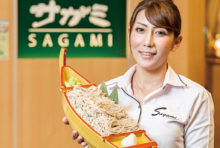 日本産の蕎麦粉を使用した香り高い本格蕎麦をたくさん召し上がっていただくため、打ちたて蕎麦を舟盛りにしました。2〜3名様でシェアして食べるのもいいですが、お一人様でも食べられます。のど越しの良さをお楽しみください。