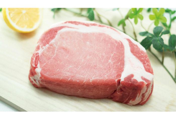 「今年中に日本産の豚肉がタイのスーパーに並びますよ」と話すは、日本のある流通会社幹部。8月9日、日本の農林水産省は厚生労働省と連携してタイ政府当局との間で協議を進めていた、日本産豚肉の輸出解禁が決定したと発表。タイにおける他国産豚肉の輸入解禁は、日本が初めてだという。  さっそく、農水省では、対タイ輸出豚肉を取り扱いを希望する施設の認定手続きや、輸出検疫証明書の発行手続きなどを定めた「対タイ輸出豚肉の取扱要綱」を定め、自治体に通知。今後は、同要綱に基づいた施設の認定が行われ、輸出検疫証明書が添付された施設由来の豚肉のみが、タイ向けに輸出可能となるそうだ。つまり、世界的な知名度を誇る日本産の高級豚肉として、中でも、とりわけ有名な鹿児島産の黒豚が、タイでも食べられる可能性があるというわけだ。  同省によると、日本産の豚肉の輸出解禁への道のりは長く、日本政府は、2012年7月にタイ政府宛に輸出解禁を要請し、交渉を開始。18年2月には、タイの行政職員が鹿児島県の食肉施設の現地調査をするなどして、ようやく今年7月に合意にこぎつけたそうだ。安倍政権が農林水産物の輸出額を2019年中に1兆円に拡大する目標を掲げているだけに、これは大きな成果と言えるだろう。  前出の幹部は、さらにこう続ける。「ここからですよ。特に九州産の高級黒豚は、それだけで付加価値があります。他との差別化という意味で強いでしょう。ブランド牛を広めた手法が使えると思います」。  タイでは、鶏肉と豚肉の消費が多く、豚肉の1人あたりの年間消費量は、日本人の1.2~1.4倍。牛肉は、宗教上の理由や牛を食べる習慣がなかったことで浸透するのに時間がかかったが、豚肉はタイ人にとっては身近な存在。さらに、昨今のタイ人のブランド志向や品質にこだわる層が増えていることが、日本からの豚肉輸出の追い風となるに違いない。早ければ、年内にもスーパーに並ぶ可能性があるというから、今から待ち遠しい限りだ。