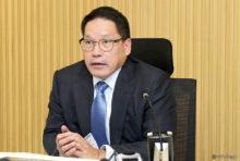 """7月半ばの新政権発足から1カ月余り。政府はいよいよ""""本格的な景気回復の実現""""に向け、本腰を入れる姿勢を国民に示した。  タイ国家経済社会開発委員会は19日、今年第2四半期のGDP(国内総生産)の伸び率が2.3%と過去5年で最低を記録し、GDPの見通しを5月時点の3.3〜3.8%から2.7〜3.2へと下方修正すると発表した。また発表の3日前には、ウッタマ財務大臣が経済閣僚会議を実施。この中で、総額3,160億バーツ(約1兆円)の予算を投じて国民支援に着手することを明言。次のような対策を講じるとした。  まず1つ目は、水不足により甚大な被害を被る農家への救済策だ。銀行では既存の貸出金利の引き下げや返済期間の延長、早期復興のための融資といった便を図るという。  続いて2つ目に挙げられたのが、2017年より導入される「福祉カード」の拡大だ。これは全国に1450万人いるとされる年収10万バーツ以下の低所得者層に対し、毎月一律500バーツを給付するというもの。今回は8〜9月の2カ月間に限り、特別補助金を1人につき500バーツ上乗せする他、65歳以上の高齢者にはさらに500バーツ、6歳以下の子どもを持つ家庭には300バーツが給付される。しかしながらこれには約200億バーツというバラマキ予算が財源とされるため、根本的な改善策となり得ないことは想像に難くないだろう。  さらに最も賛否を呼ぶのが、3つ目の観光政策だ。国内旅行業の押し上げを目的とする同政策では9月26日〜11月30日の期間中、アプリで申請を行った18歳以上の受給希望者に対し、国内旅行資金として1人につき1,000バーツを支給。加えて、3万バーツ以下の旅費の15%を還元する予定だという。政府としてはこれにより電子商取引の促進も期待したい考えだが、「雨季はそもそも旅行に適さないため、給付の期間が短すぎる」「支援金額が少額過ぎて魅力を感じない」などと、早くも国民の不満が目立つ結果となっている。  まずは今回の対策が低迷する個人消費に弾みとなるか否か、期待して見守るばかりだ。 7月半ばの新政権発足から1カ月余り。政府はいよいよ""""本格的な景気回復の実現""""に向け、本腰を入れる姿勢を国民に示した。  タイ国家経済社会開発委員会は19日、今年第2四半期のGDP(国内総生産)の伸び率が2.3%と過去5年で最低を記録し、GDPの見通しを5月時点の3.3〜3.8%から2.7〜3.2へと下方修正すると発表した。また発表の3日前には、ウッタマ財務大臣が経済閣僚会議を実施。この中で、総額3,160億バーツ(約1兆円)の予算を投じて国民支援に着手することを明言。次のような対策を講じるとした。  まず1つ目は、水不足により甚大な被害を被る農家への救済策だ。銀行では既存の貸出金利の引き下げや返済期間の延長、早期復興のための融資といった便を図るという。  続いて2つ目に挙げられたのが、2017年より導入される「福祉カード」の拡大だ。これは全国に1450万人いるとされる年収10万バーツ以下の低所得者層に対し、毎月一律500バーツを給付するというもの。今回は8〜9月の2カ月間に限り、特別補助金を1人につき500バーツ上乗せする他、65歳以上の高齢者にはさらに500バーツ、6歳以下の子どもを持つ家庭には300バーツが給付される。しかしながらこれには約200億バーツというバラマキ予算が財源とされるため、根本的な改善策となり得ないことは想像に難くないだろう。  さらに最も賛否を呼ぶのが、3つ目の観光政策だ。国内旅行業の押し上げを目的とする同政策では9月26日〜11月30日の期間中、アプリで申請を行った18歳以上の受給希望者に対し、国内旅行資金として1人につき1,000バーツを支給。加えて、3万バーツ以下の旅費の15%を還元する予定だという。政府としてはこれにより電子商取引の促進も期待したい考えだが、「雨季はそもそも旅行に適さないため、給付の期間が短すぎる」「支援金額が少額過ぎて魅力を感じない」などと、早くも国民の不満が目立つ結果となっている。  まずは今回の対策が低迷する個人消費に弾みとなるか否か、期待して見守るばかりだ。"""