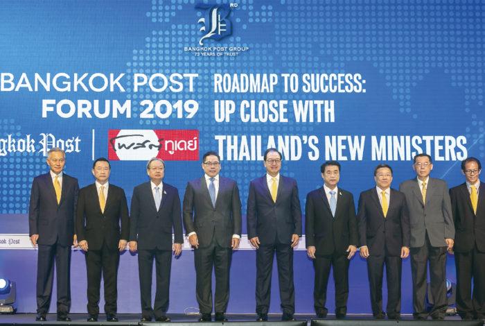 タイの英字新聞「バンコク・ポスト」は5日、新政府の閣僚7人を集め、「ROADMAP TO SUCCESS : UP CLOSE WITH THAILAND'S NEW MINISTERS」と題したフォーラムを開催した。テーマが示す通り、タイ経済の成長に向けた方針を各大臣が発表。主要産業である輸出のテコ入れから低所得者向けの政策まで、幅広い分野で議論が今後進みそうだ。  先陣を切ったのは、ウッタマ財務大臣。「タイ経済は輸出に大きく依存している」と重要性を強調した上で、米中貿易戦争がタイの輸出低迷に繋がっていると指摘した。  そこで、ジュリン商務大臣はASEAN10カ国に日、中、韓、豪、インド、ニュージーランドを含めたASEANプラス6との自由貿易協定(FTA)の締結を進める。世界のGDPの3割を占めるこの16カ国との貿易を促進し、輸出額を回復させたい考えだ。5年間の軍政時代にFTAが解除された欧州についても、民政移管後を機に協定が復活するとの期待を示した。  スリヤ工業大臣は米中貿易戦争のメリットに注目する。同氏は経済が冷え込む中国の代わりに、投資マネーをタイにシフトさせるべきと主張。特に自動車業界と東部経済回廊(EEC)への投資支援策には力を注ぐという。  ソンティラットエネルギー大臣はタイを「東南アジアの電力センター」とする構想を披露。タイで大量に生産されているパーム油の活用などにより、電力コストを下げたいと話した。  他にも「医療用大麻の合法化」(アヌティン保険大臣)、「医療観光の促進、地方都市へのインバウンド需要喚起、eスポーツの国際大会開催支援、ビニール袋の削減」(ピパット観光・スポーツ大臣)、「『GRAB』の合法化や交通系ICカードの一元化、PM2.5対策、運賃値下げ」(サックサヤーム運輸大臣)、「主要農作物における最低・最高価格の設定」(ジュリン商務大臣)などの政策が挙がった。  いよいよ本格的に動き出した新政府。国民から真に支持を得て、長期政権となれるか。プラユット内閣の真価が問われる。