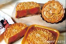 日本ではあまり馴染みがありませんが、毎年旧暦の8月15日は「中秋節」と呼ばれる中国の伝統的な祝日です。「春節」などと並ぶ四大祭として知られ、タイでも中国系の人々を中心に、華やかなお祝いムードに包まれます。  今年は9月13日にあたる当日は家族団らんで食卓を囲み、美しい月を愛でるのが一般的です。また、満月に見立てた大きな「月餅」を家族で分け合って食べると、絆が一層強くなると信じられているのだとか。今年は中華街などに足を運び、お祭り気分を味わってみてはいかが?