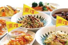 毎年10月、タイでは「キンジェー」と呼ばれる菜食祭りが行われます(今年は9月28日〜10月7日の10日間)。 中国系タイ人を発祥とするこの習慣は、肉や動物性食品、酒などの嗜好品を絶ち仏教の徳(タンブン)を積むために行われるもの。 現在は全国に広まり、厳格な家庭では台所や食器なども完全に清めて祭りを迎えるのだとか。 祭りの期間中、ヤラワートなどでは黄色の「齋(=ジェー)」と書かれた旗が掲げられ、辺りが黄色一色に染まります。 また、酒類や肉料理を提供しない飲食店もあるので、店選びの際はご注意を。