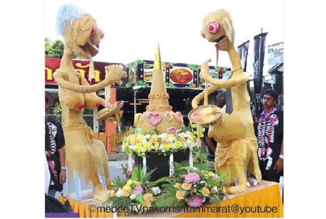 毎年旧暦の10月、ナコーンシータマラート県を中心とするタイ南部の地方では、先祖の霊を慰めるための伝統的な祭り「十月祭(太陰月祭)」を盛大に行います。今年は9月28日から10日間に渡って開催され、各家庭では「カノム・ポーン(おこげ)」「カノム・コン(輪状の菓子)など霊界で必要と信じられる5つの食べ物を作り、寺院へ奉納するのが一般的です。  また、最終日には幽霊に扮装した人々がパレードを行ったり、お供え物を奪い合うように食べるといったユニークな行事も行われ、観光客も多く詰めかけます。