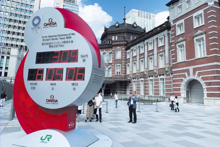 オリンピックの競技といえば、その多くが時間との闘いだ。陸上競技の走る種目や水泳はもちろんのこと、サッカーやラグビーといった球技でも、得点と共にゲームにおける時間経過が大きく勝敗を分けることがある。そんな時間を計測する時計は、オリンピック開催のたびに、世界を代表する時計メーカーが担っている。  来年の東京オリンピックのタイムキーパー役は、スイスの高級時計ブランドであるオメガが受け持つことになっている。そこで、7月24日に行われた「東京オリンピックカウントダウン」で、東京駅丸の内側の駅前広場にお目見えしたのが「カウントダウンクロック」。高さ約4メートル、幅約3.2メートル。重さはなんと3.5トンという大型のデジタル時計がそれだ。  来年の大会エンブレムと朝日が昇る様をモチーフにしたというモニュメントは、開会までの時を刻々と刻んでいる。普段から時間に追われるビジネスパーソンのメッカでもある丸の内で、オリンピックというスポーツの夢の祭典が花開くまでの時間を刻む。時が経つのは早いもの。オメガのデジタルカウンターがゼロを掲示するまで、感覚的にはそう時間を要しないことだろう。