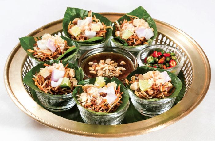【ミエンカム 6皿 180B】炒りココナッツやショウガなどを葉で包んだ前菜。この内一皿サービス