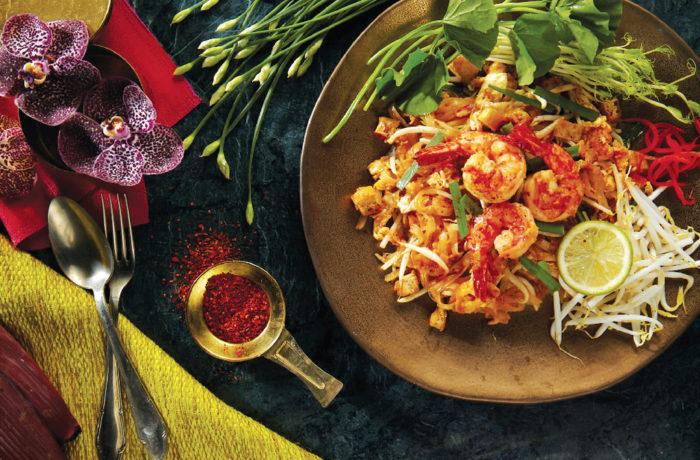 【海老入りパッタイ 250B〜】モチモチの麺に甘口タレがよく絡む。大ぶりのエビとシャキシャキ野菜の食感も最高