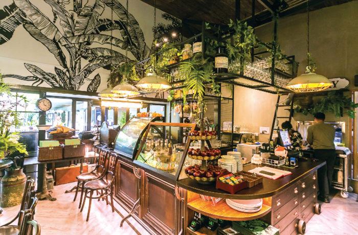 グラスハウスをコンセプトにした自然感溢れる店内。天井が高く、開放感がある