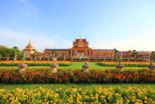 王宮前広場とも呼ばれる「サナームルアン」とは、国王や王族関係者の葬儀や誕生日などが行われる広場のこと。18世紀のラマ1世の治世から使用され、当初は「トゥンプラメーン」と呼ばれていました。「メーン」とはタイ語で火葬場を意味し、ラマ4世の時代に現在の名称になったと言われています。  バンコクの中心部に位置するこの広場は憩いの場であると同時に、タイ人にとって非常に大きな意味合いを持つ場所です。2011年からはバンコク都が管理し、周辺での政治活動や駐車などは禁止されています。