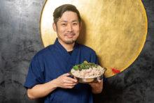 日本でモツ鍋ブームの火付け役となった、当店の看板料理です。国産の新鮮なモツを吟味し、白味噌ベースのまろやかなスープで仕立てました。ニンニクやゴマ油の芳しい香りが食欲をそそり、口に含むとモツの甘くジューシーな脂が広がります。一人前からございますので、ぜひご堪能ください。