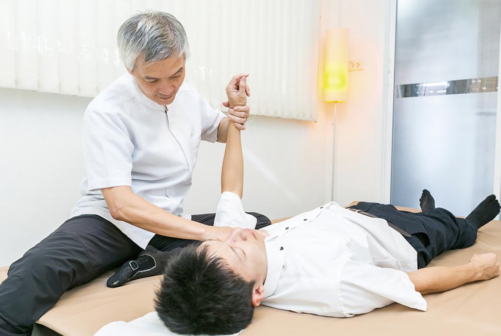 「ゆらし療法」独自の緊張解消法により、筋肉のこわばりを解消。「どこに行っても何をやっても治らなかった方、諦めずにぜひ当院へお越しください」日本語が堪能なリン院長