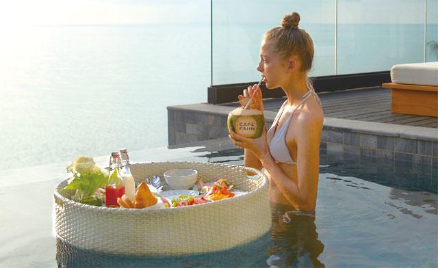 水平線を見渡しながら「Floating Breakfast」で贅沢な朝食タイムを