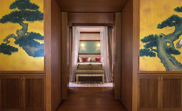 壁に描かれた日本画が印象的な「One Bedroom Emperor Suite」
