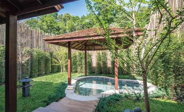 緑に囲まれた庭園にある露天風呂は昼夜問わずゆっくり浸かりたい