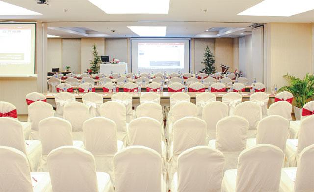 20〜100人を収容できるミーティングルームも完備