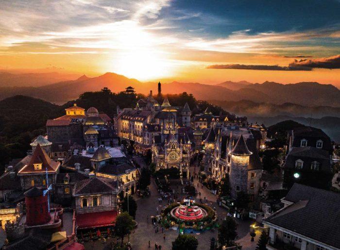 標高1487mの山頂に、中世フランスの街並みをイメージしたテーマパークが広がります。 - ベトナム・ダナン サンワールド・バナヒルズ