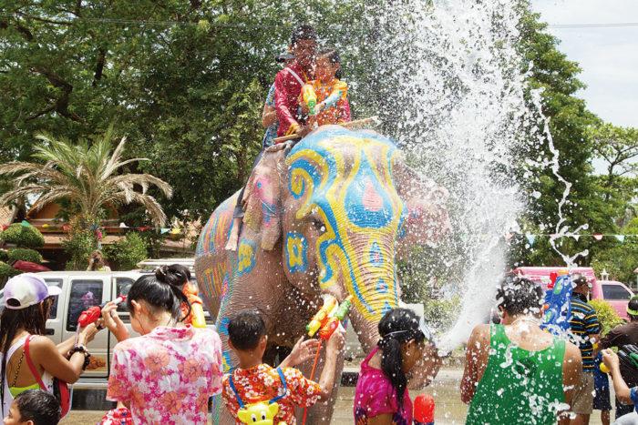ソンクラン(タイ正月) タイの旧正月を祝う行事。街中で水をかけ合う「水かけ祭り」としても有名です。