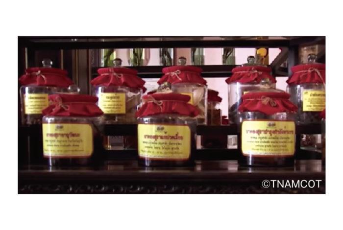 タイの屋台などで見かける「ヤードン」。「ヤー」は薬、「ドン」は漬ける行為を意味し、数十種の動植物を「ラオカオ」と呼ばれる35〜40度の蒸留酒に1カ月ほど漬け込んで作る伝統的な薬草酒の一種です。  政府が禁止する密造酒ではあるものの1杯10Bほどで販売されていることもあり、古くから庶民の間で親しまれている「ヤードン」。滋養強壮や疲労回復といった健康効果が謳われていますが、原料や製造方法は店によって異なり、安全性を実証できるものではないのだとか。最近では飲酒による死亡事例も発生しています。