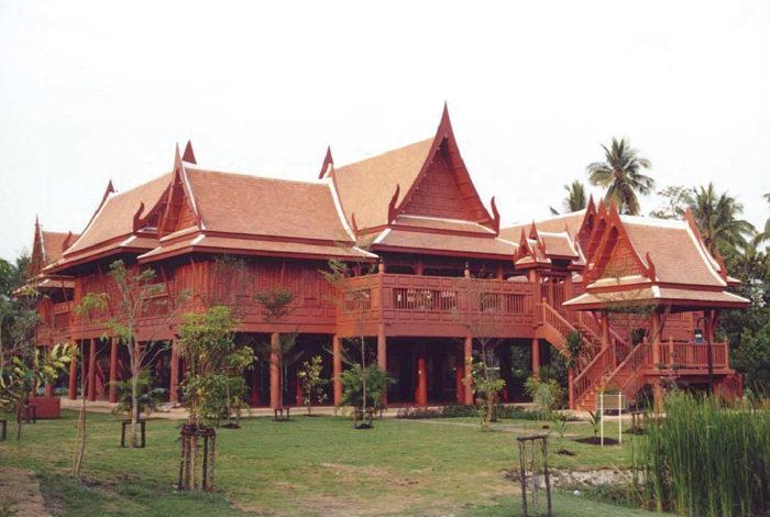 タイの風土や文化を語る上で欠かせないのが伝統家屋。「ルアンタイ」と呼ばれる高床式住居は、屋根が高く勾配が急で、建物自体が台形の独特の形状をしているのが一般的。これは年間を通して高温多湿な気候から、水はけを良くし、少しでも快適に過ごせるように工夫された暮らしの知恵とも言えます。  また、モンスーンが多い南部では屋根を低く設計するなど、地域によって造りが異なるのも特徴の一つ。北部や東北地方では現在も民家として活用され、素朴な生活を守っている人々の暮らしを垣間見ることができます。