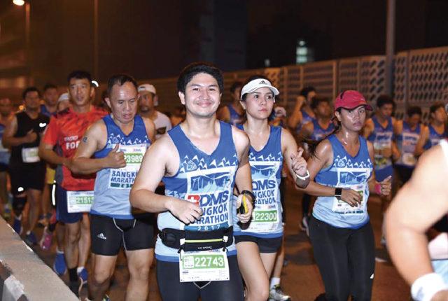 来たる11月17日に開かれる「バンコク・マラソン」は、1988年より続く国内最大のマラソン大会です。毎年11月の第3週に催され、今年も世界各国から約3万人のランナーが参加予定。フルマラソンの他、ハーフやミニ(10.5km)、マイクロ(5km)、車イスの部門があり、個々の体力や経験に合わせたコースを走ることができます。  当日は、午前0時より種目別に王宮前からスタート。美しいライトアップを横目にサナムチャイ通りからラチャダムヌンクラン通りを走り、まだ寝静まる市街地を周回して、王宮前のゴールを目指します。